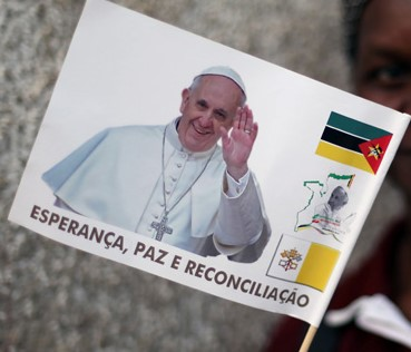 Mozambique banderin papal (2)