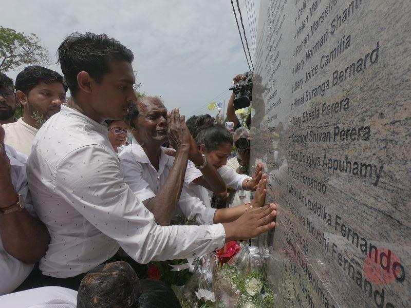 Sri Lanka deudos con fervor en el memorial de Negombo para web