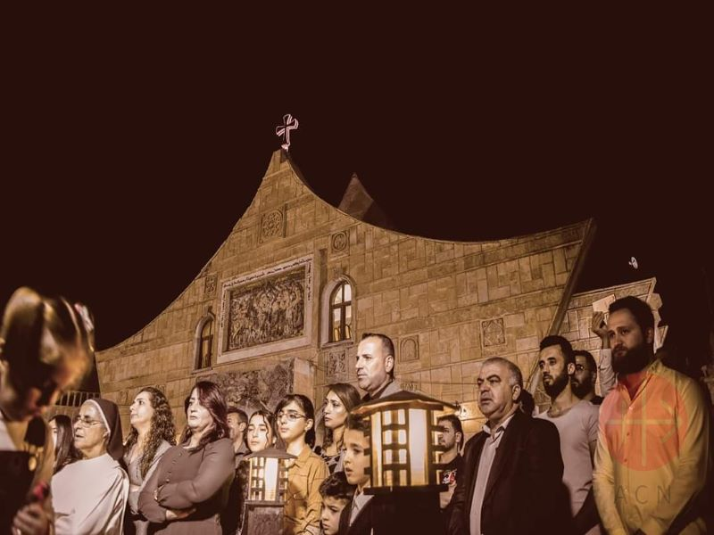 Irak Prayer for Peace in front of Sts Behnam and Sarah Church in Baghdeda de noche para web