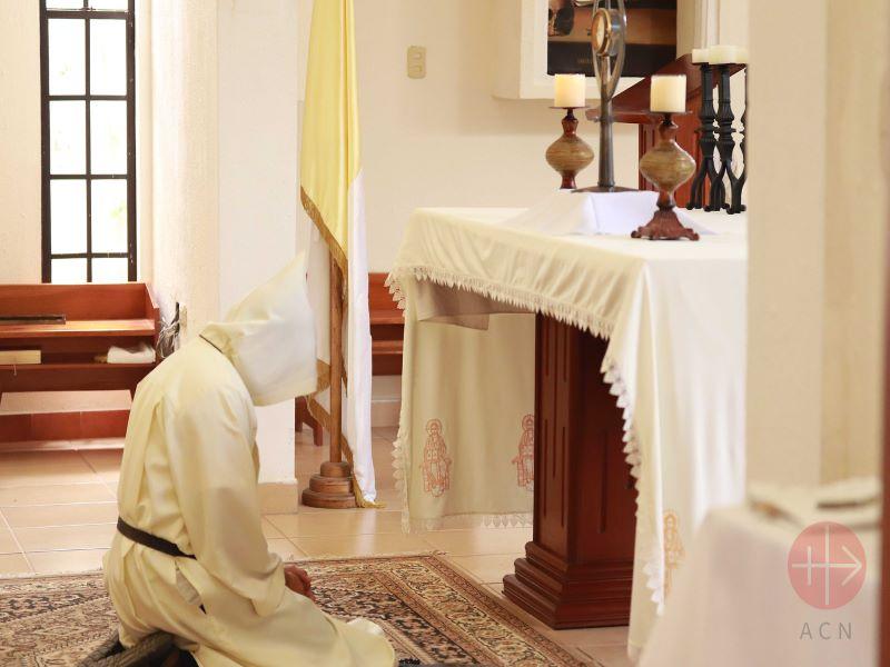 Nicaragua monje rezando para web