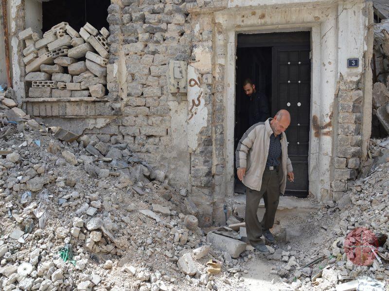 Siria hombres abandonan casa en reuinas para web