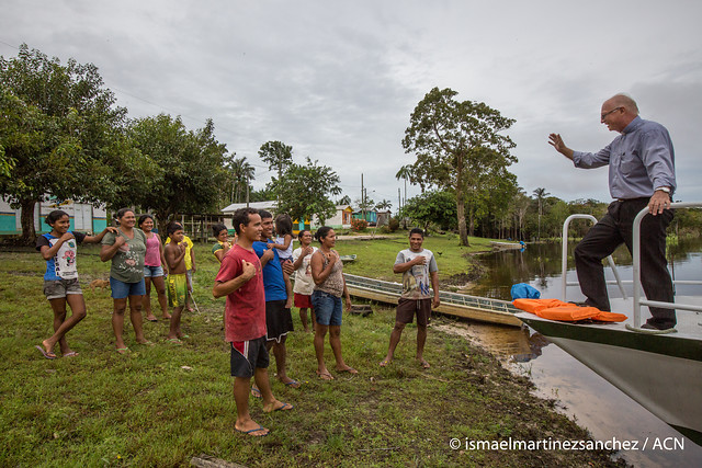 Brasil padre baja del barco y saluda a grupo de fieles