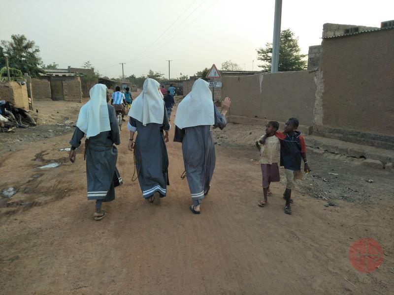 Burkina Faso monjitas de espalda para web