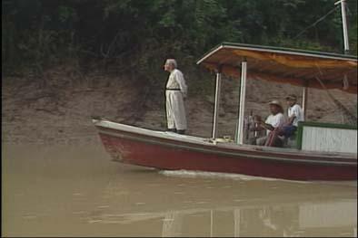 Brasil padre Paolino Baldassarri en un bote