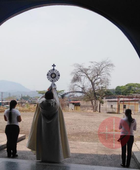 Venezuela sacerdote en el atrio de iglesia bendiciendo con el stmo