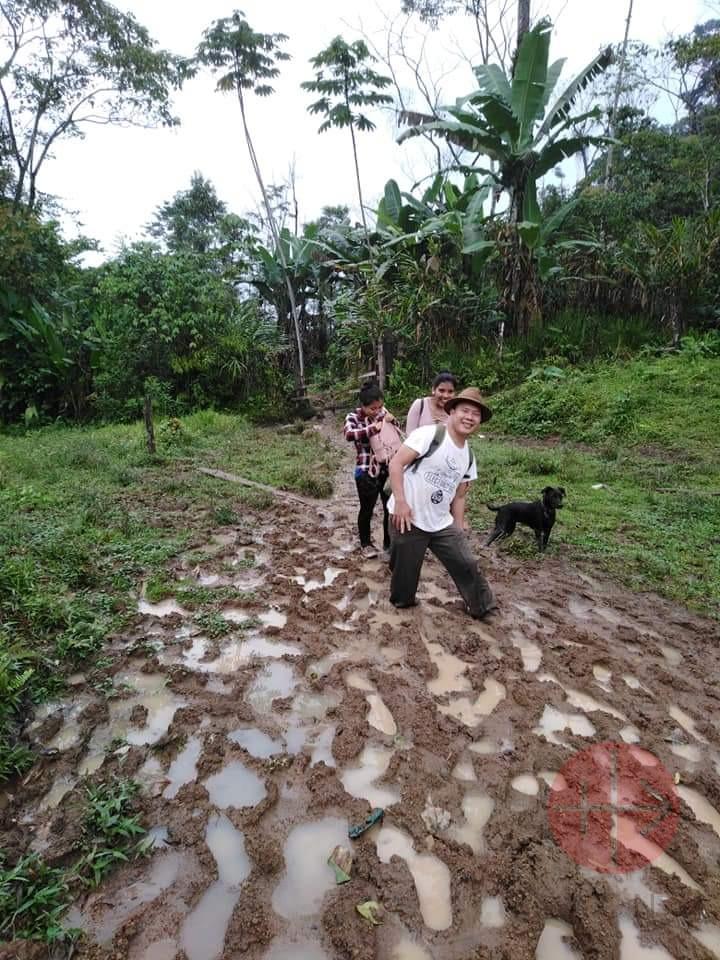 Guatemala sacerdote camina en el barro