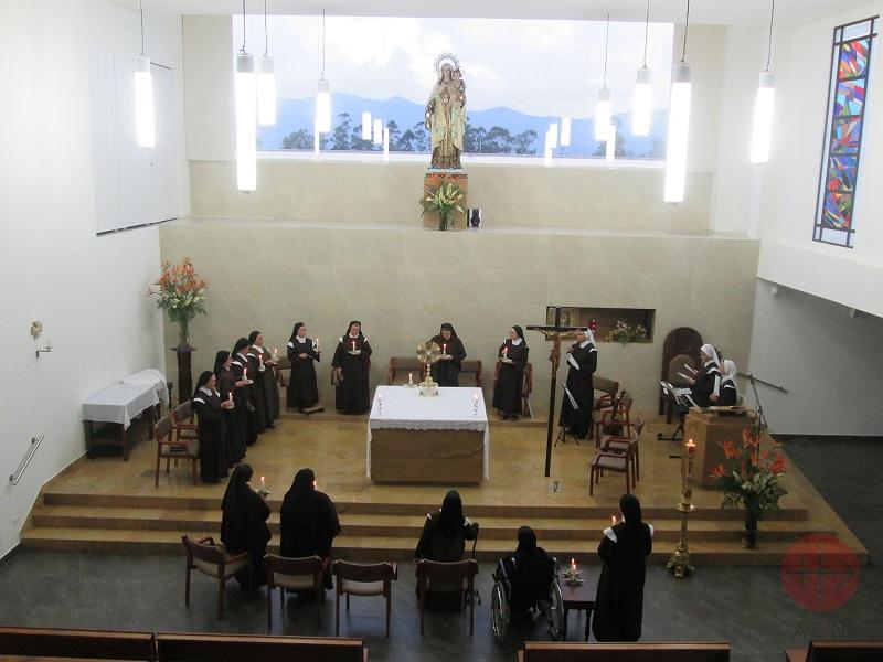 Carmelitas Descalzas en Colombia en oración
