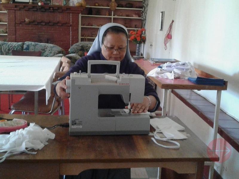 Mozambique religiosa cosiendo mascarillas web
