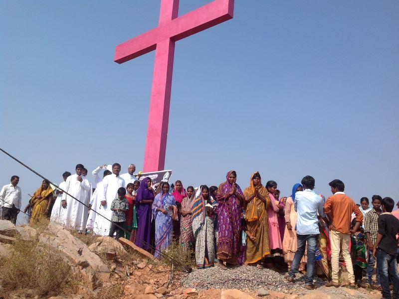 India fieles ante una cruz gigante para web