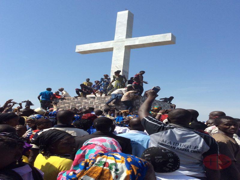 Nigeria Maidiguri personas en gran cruz para web
