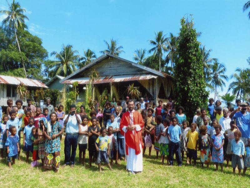 Papua Nueva Guinea sacerdote con la comunidad para web