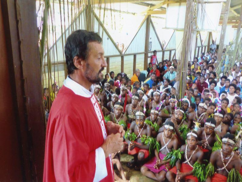 Papua Nueva Guinea sacerdote para web