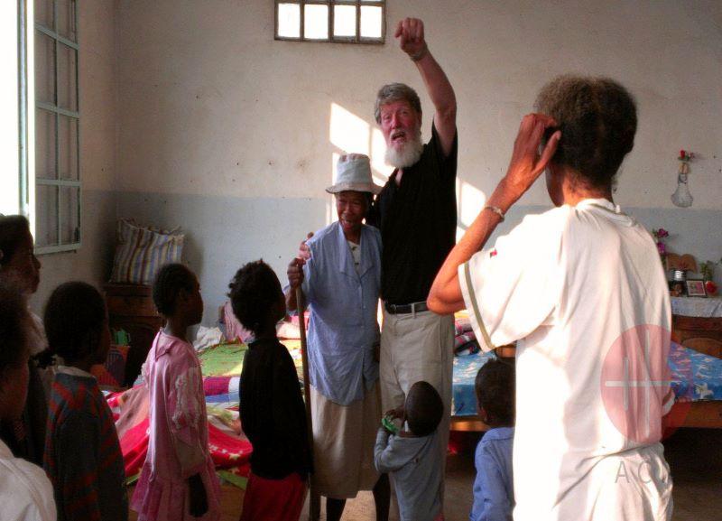 Madagascar padre Opeka con fieles para web