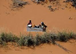 mozambique gente flotando en una caja