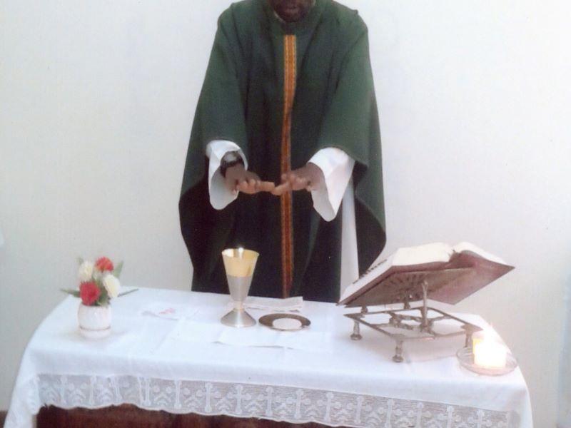 sacerdote negro consangrando (2) para web
