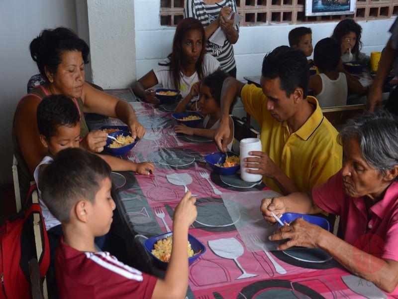 Venezuelas personas comiendo en la parroquia para web