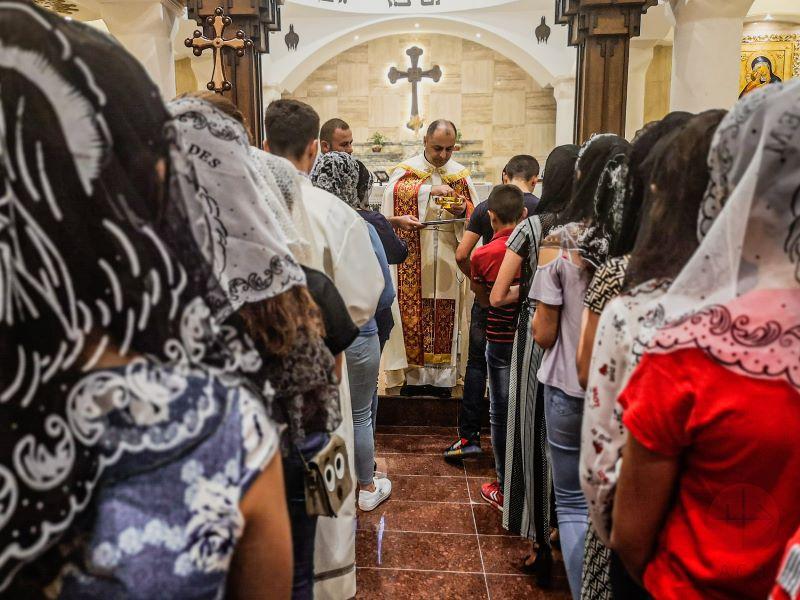 Irak iglesia con fieles regalos de fe para web