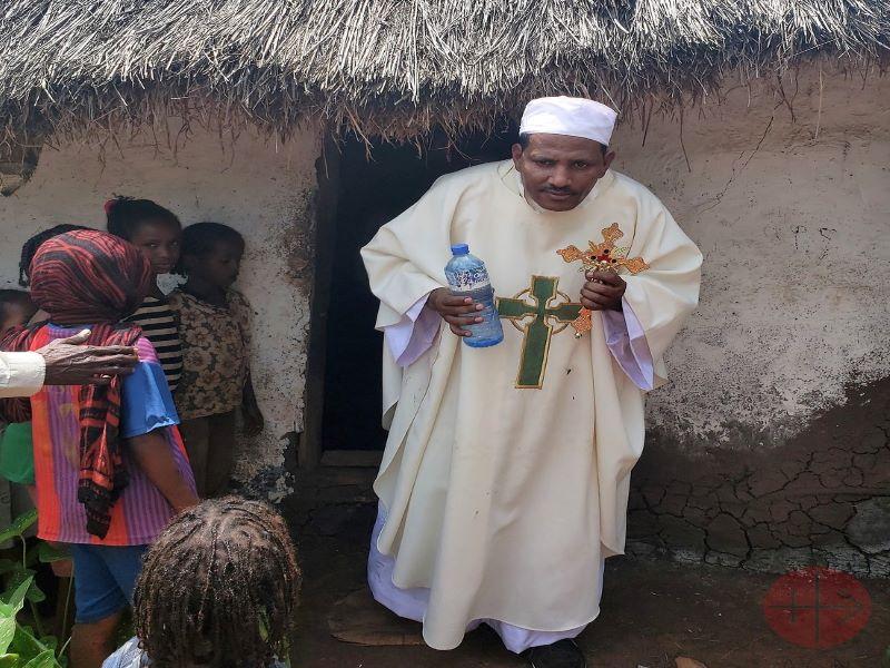 Etiopia sacerdote sale de casa que bendijo (2) para web
