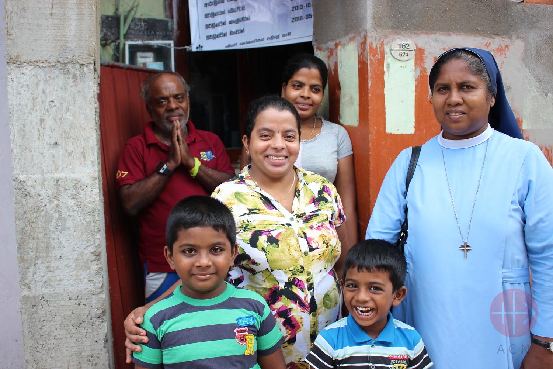Sri Lanka monjita con una familia