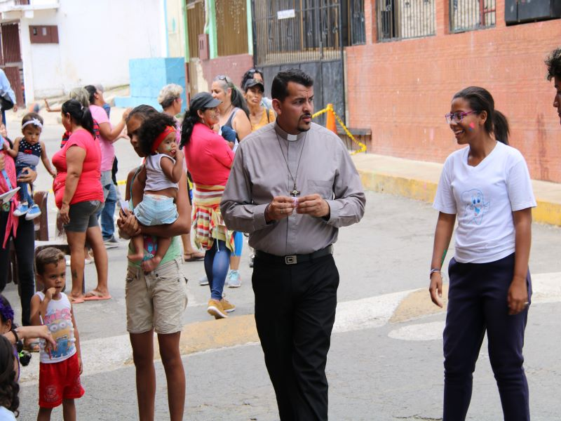 venezuela padre angel conversa con jovenes para web