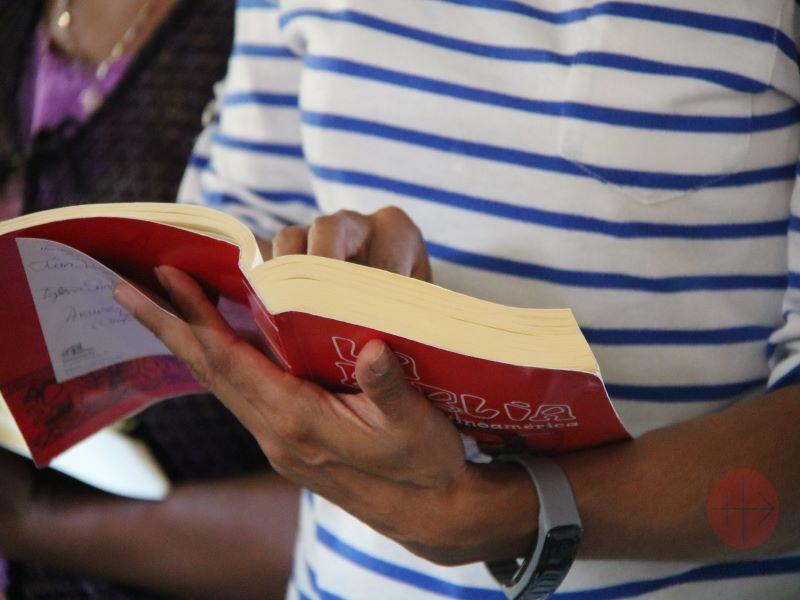 Biblia mujer leyendo para web