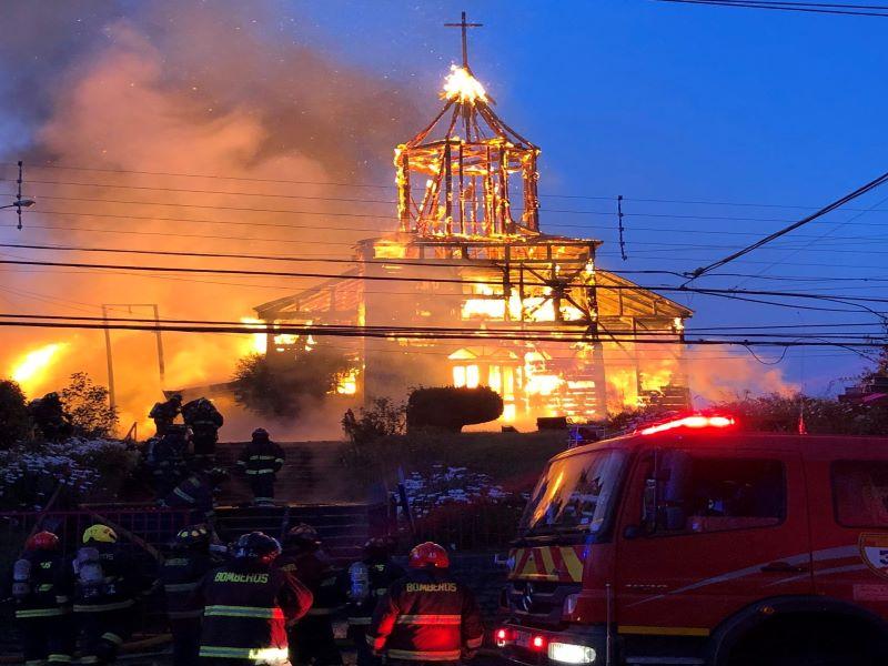 Resultado de imagen para iglesia chile quemada