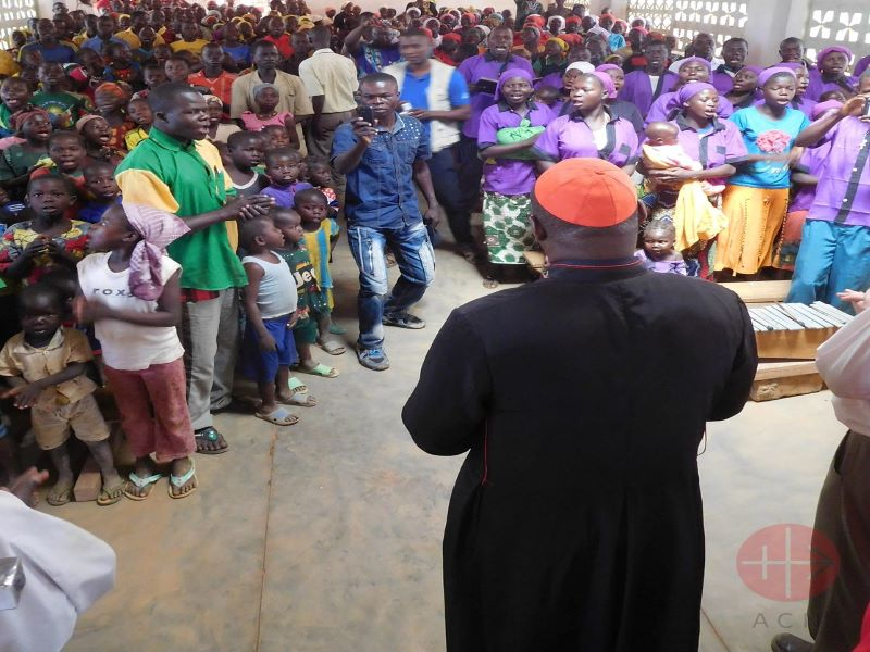 RCA Cardinal Dieudonné Nzapalainga praying with faithful at Bocaranga (2) para web