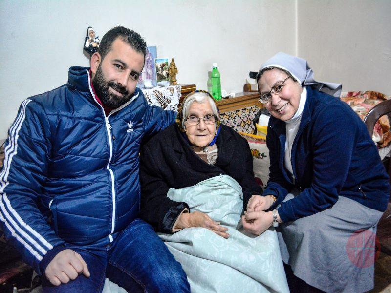 Siria Alepo hermana Annie con anciana web