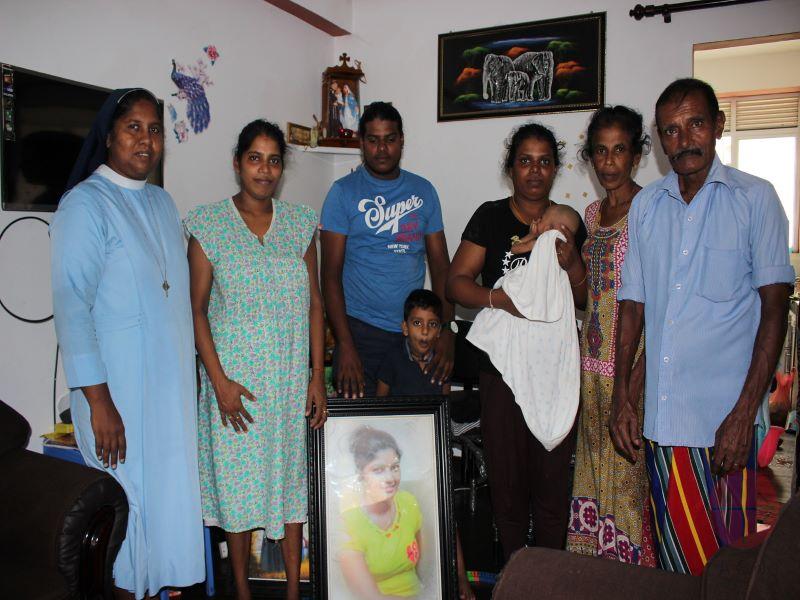 Sri Lanka religiosa con deudos del atentado web