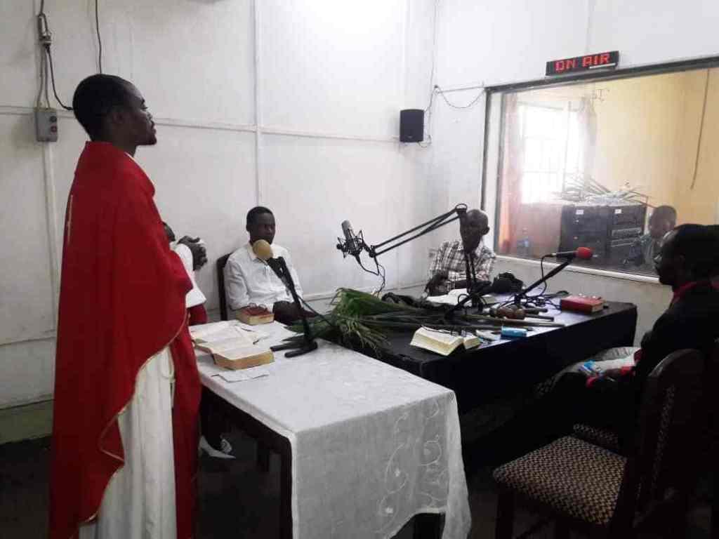 RD Congo: Celebración de la Misa en Radio Ditunga.
