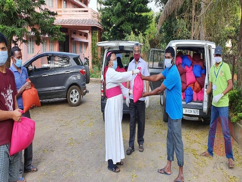 India obispo entrega ayuda web