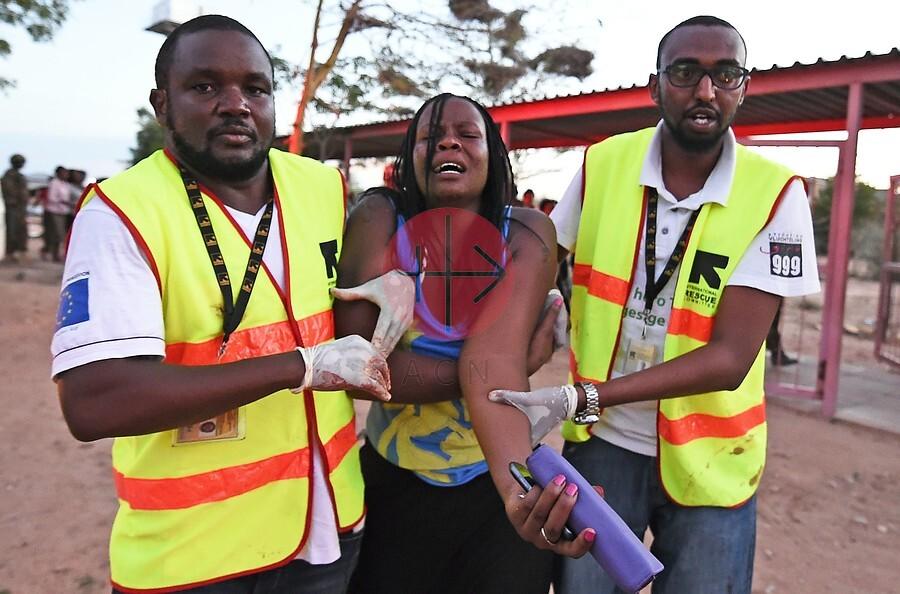 Kenia Garissa estudiante con paramedicos