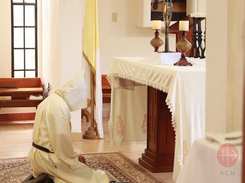 Nicaragua monje rezando en el altar web
