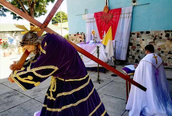 Venezuela sacerdote con Stmo y Cristo llevando la cruz