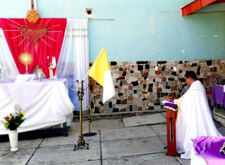 Venezuela sacerdote en adoracion