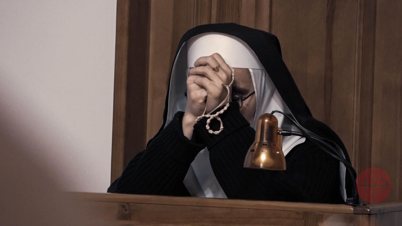 carmelita rezando el rosario