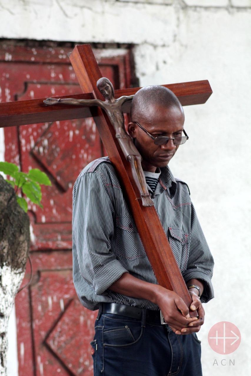 hombre con cruz