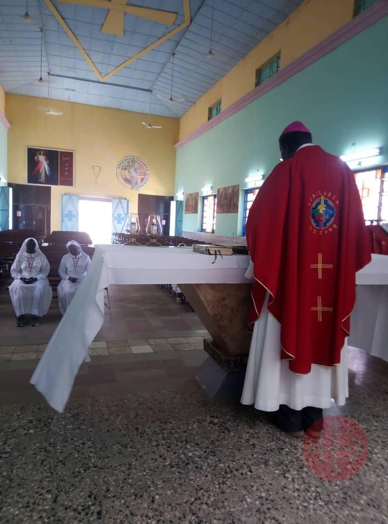 sacerdote solo en la iglesia
