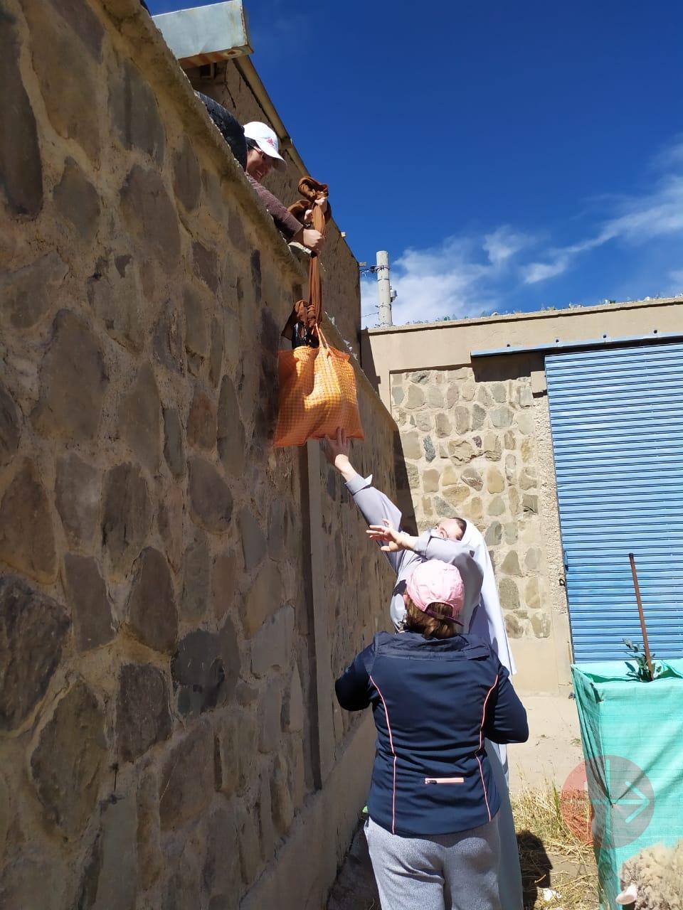Bolivia religiosa distribuye comida