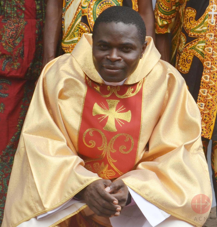 Congo padre que trabaja con los pigmeos
