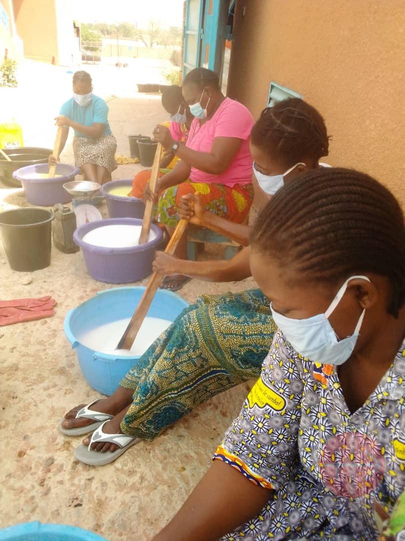 Niger mujeres haciendo jabon