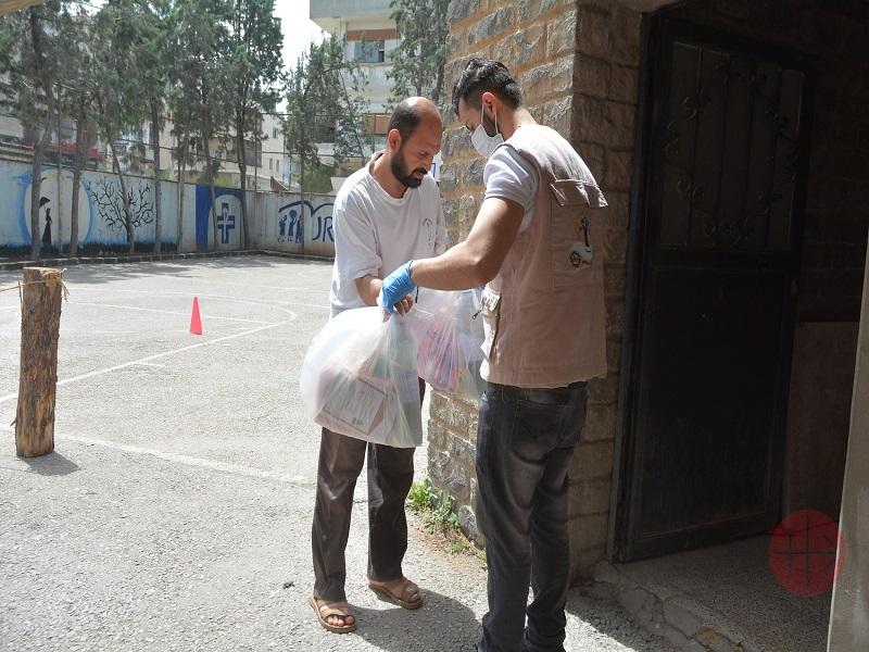 Siria hombre recibe ayuda en Homs