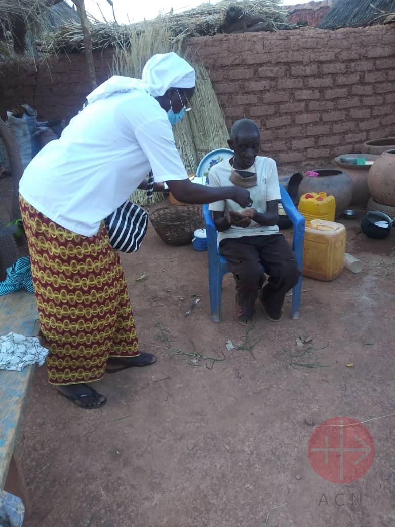 covid burkina faso alimentando a un anciano