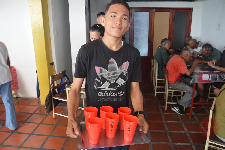 venezuela comedor voluntario con bandeja de vasos