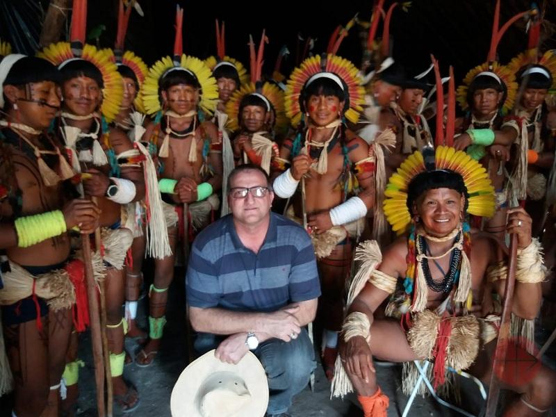 Brasil obispo Dom Neri rodeado de fieles web