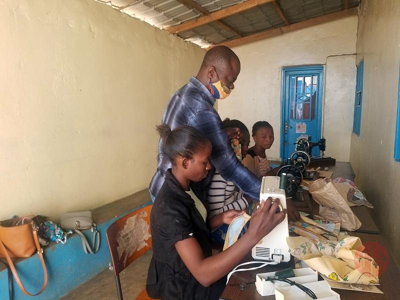 Congo haciendo mascarillas web