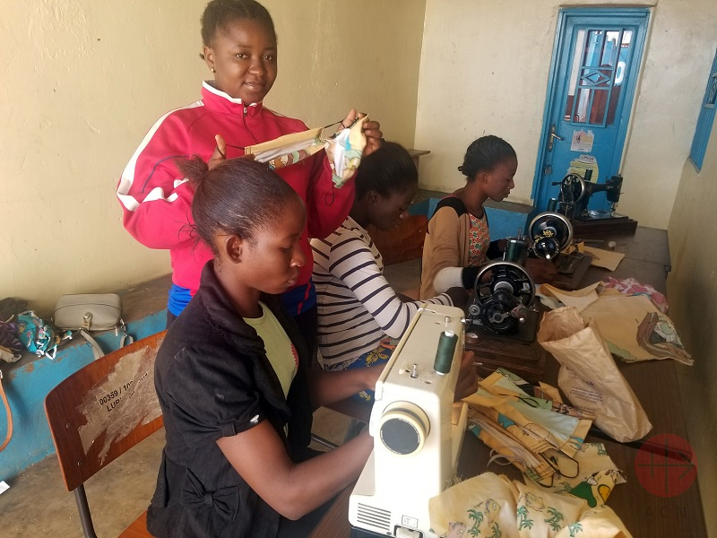 Congo mujeres confeccionando mascarillas web