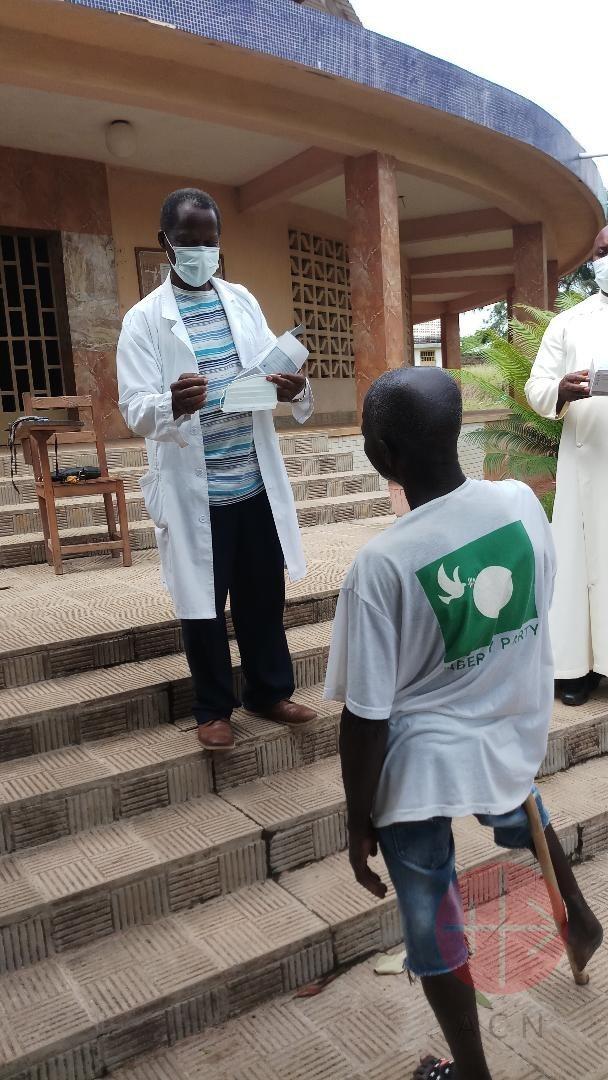Liberia entregando una mascarilla