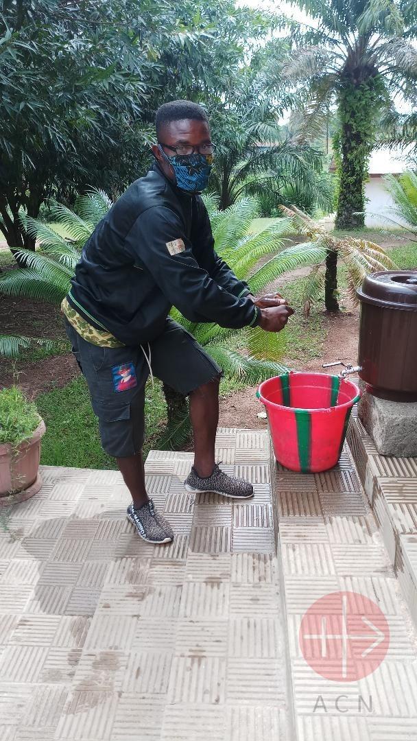 Liberia hombre se lava las manos
