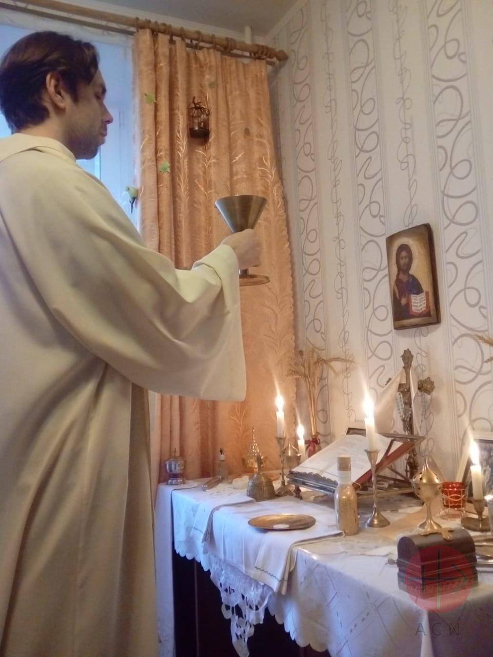 Rusia padre Alexander celebra Misa en su casa